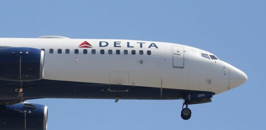 Delta expects profits this summer, narrows losses to cap worst year ever