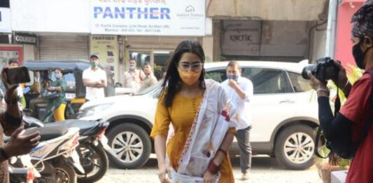 PHOTOS: Sara Ali Khan makes a splash in a traditional outfit as she gets papped in the city